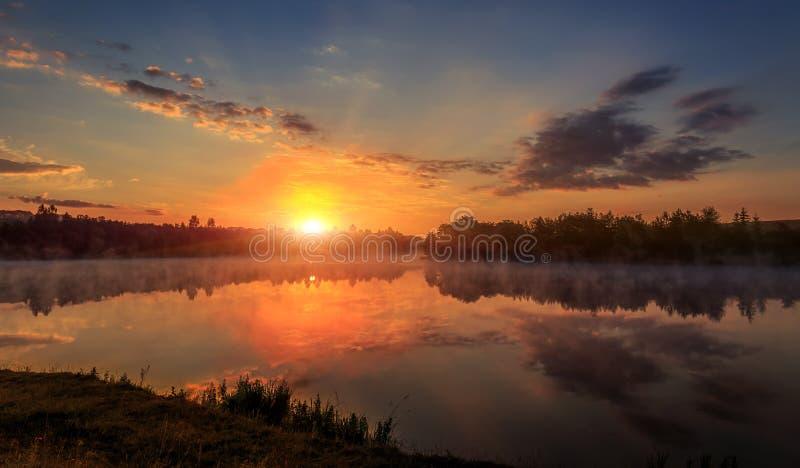 schöner Hintergrund der Natur wunderbare nebelhafte Landschaft überraschender nebeliger Morgen, reflektierte sich bunter Himmel i lizenzfreies stockfoto
