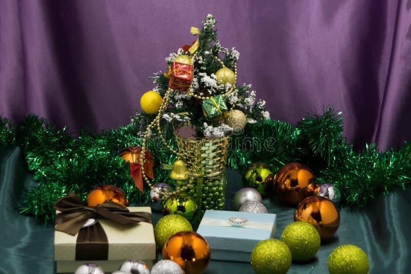 Schöner Hintergrund der Weihnachtsgeschenke Weihnachtsdekorationen stockfotos