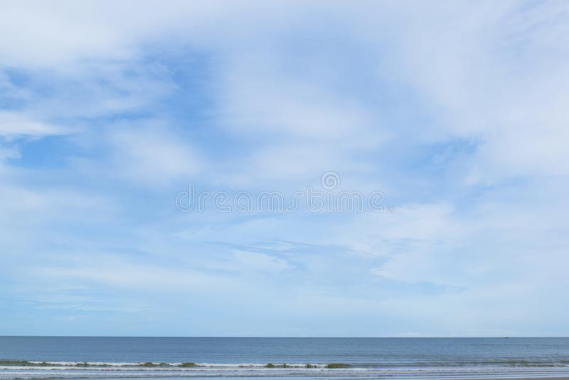 Schöner Hintergrund des blauen Himmels über dem Meerblick an Bankrut-Strand, Thailand stockbild
