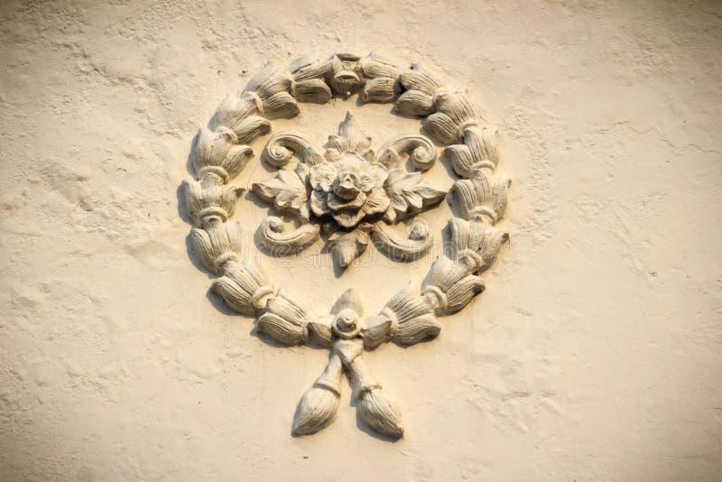 Schöner Hintergrund mit weißem Girlandenblumenstuck auf dem ol lizenzfreie stockbilder