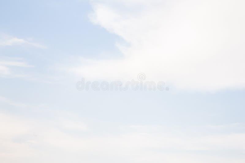 Schöner Hintergrund von blauen Himmeln mit weichen Wolken lizenzfreies stockbild