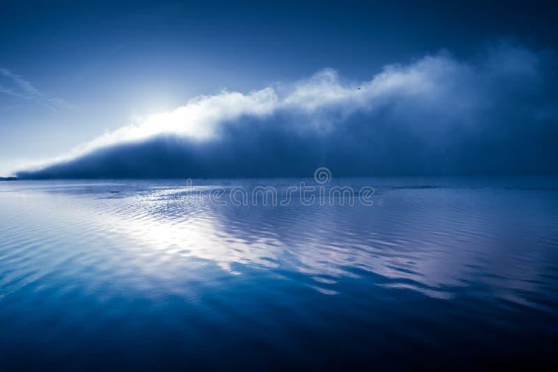 Schöner Hintergrundnebel über glänzender Welle des Flusses stockfotos