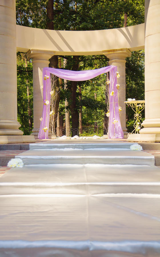 Schöner Hochzeit Gazebo in den Spalten lizenzfreies stockbild
