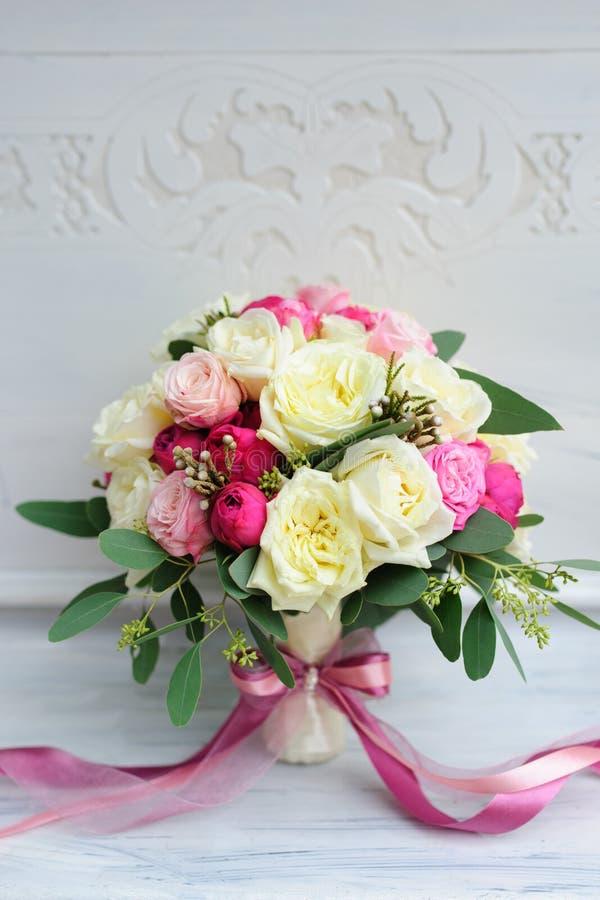 Schöner Hochzeitsblumenblumenstrauß für Braut lizenzfreie stockfotos