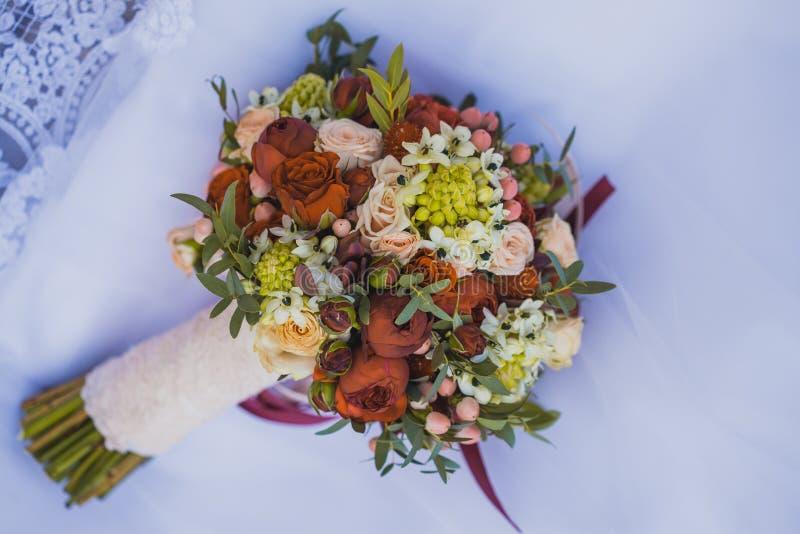 Schöner Hochzeitsblumenstrauß auf dem Weiß lizenzfreie stockfotos