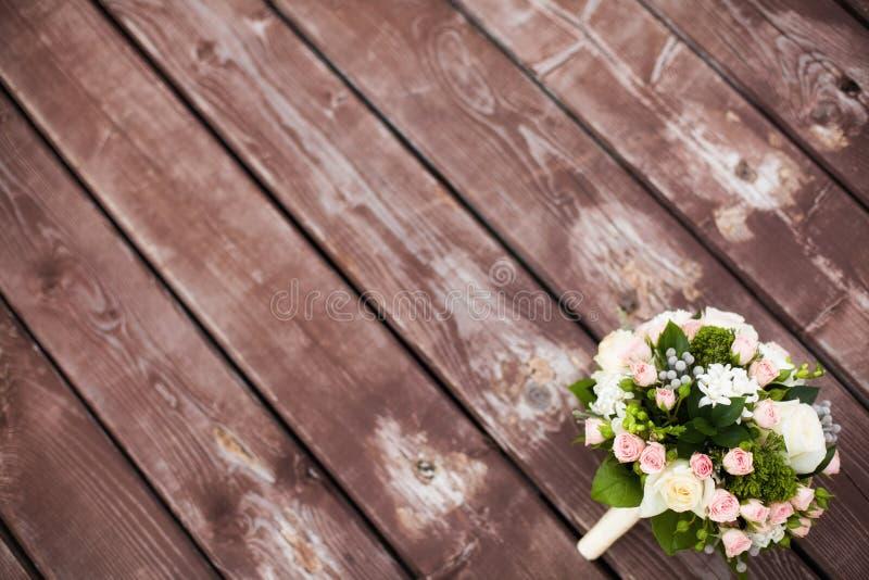 Schöner Hochzeitsblumenstrauß auf hölzernem Hintergrund der Weinlese selektiver Fokus lizenzfreies stockfoto