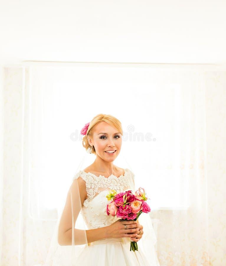 Schöner Hochzeitsblumenstrauß in den Händen der Braut lizenzfreie stockbilder