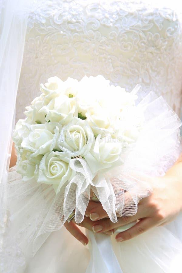 Schöner Hochzeitsblumenstrauß in den Händen der Braut stockbilder