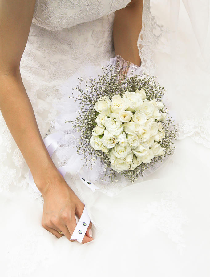 Schöner Hochzeitsblumenstrauß in den Händen der Braut stockfoto