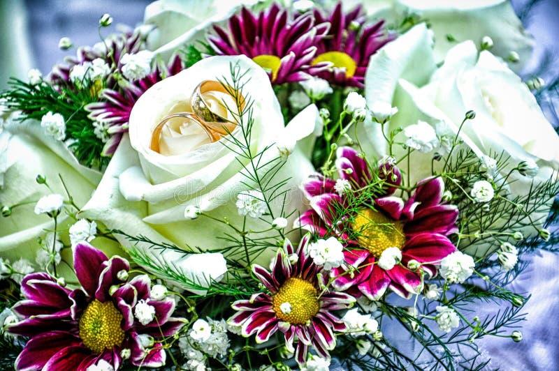 Schöner Hochzeitsblumenstrauß mit Eheringen lizenzfreies stockbild