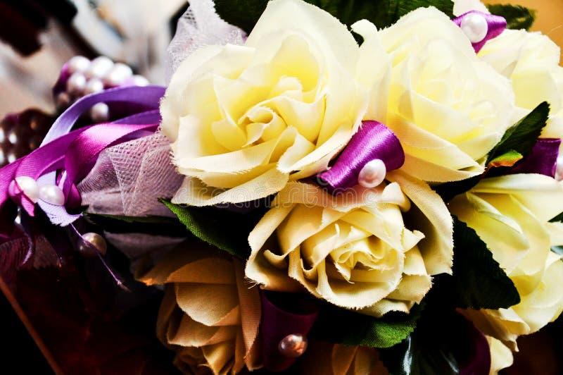 Schöner Hochzeitsblumenstrauß mit Eheringen stockfoto