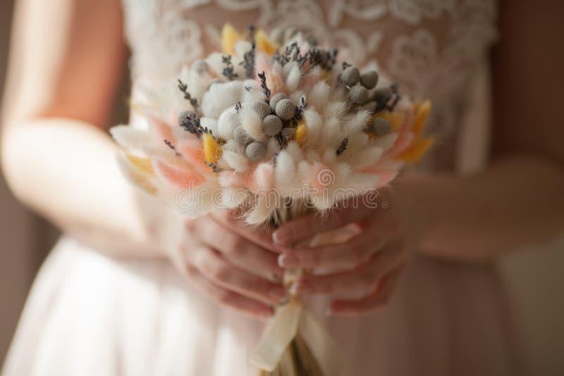 Schöner Hochzeitsblumenstrauß von trockenen Blumen stockbilder