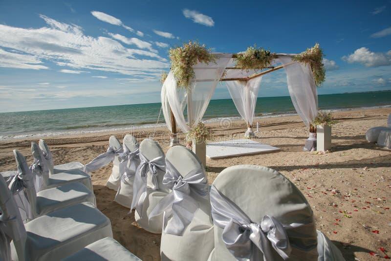 Schöner Hochzeitsbogen auf dem Strand lizenzfreies stockfoto