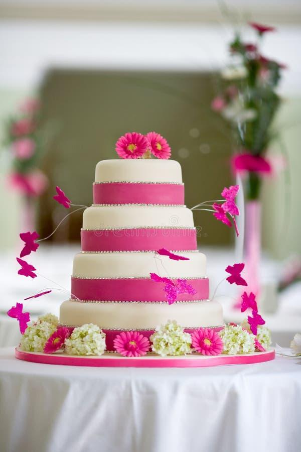 Schöner Hochzeitskuchen lizenzfreies stockbild