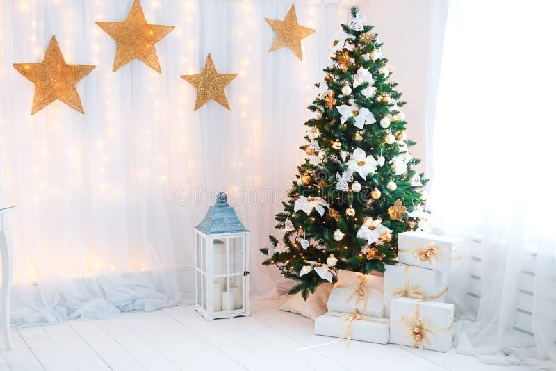Schöner holdiay verzierter Raum mit Weihnachtsbaum stockbilder