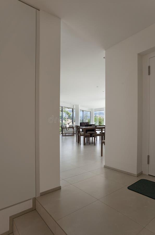 Schöner Innenraum eines modernen Hauses stockbilder