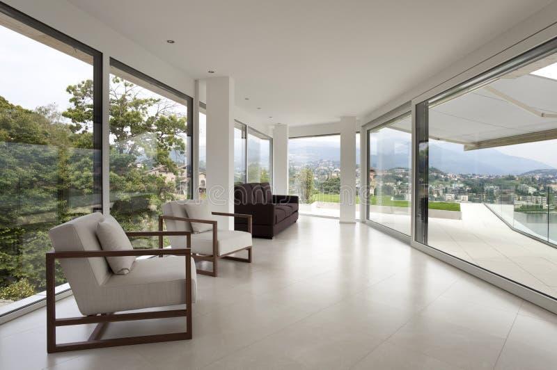 Schöner Innenraum eines modernen Hauses stockfotografie