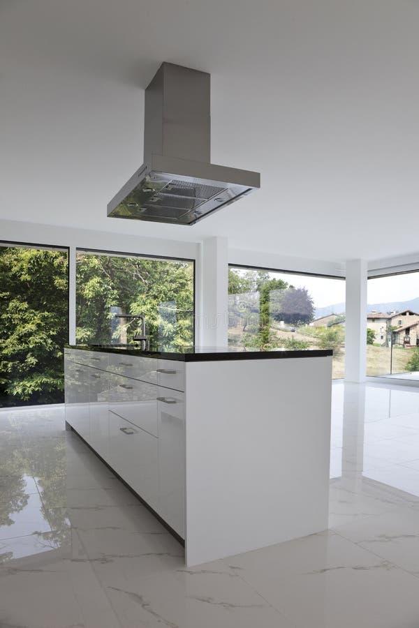 Schöner Innenraum eines modernen Hauses stockfotos