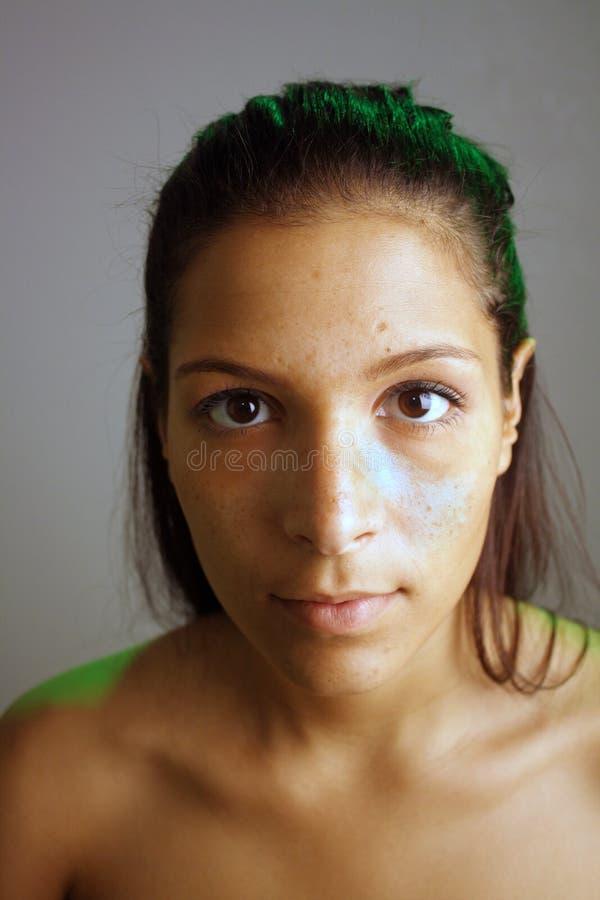 Schöner jugendlich Latina, Unretouched rohes Headshot lizenzfreies stockbild