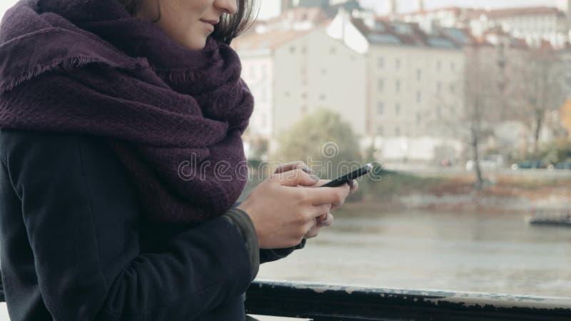 Schöner junge Frauen-Tourist in Prag unter Verwendung ihres Smartphones, reisendes Konzept stockfotos