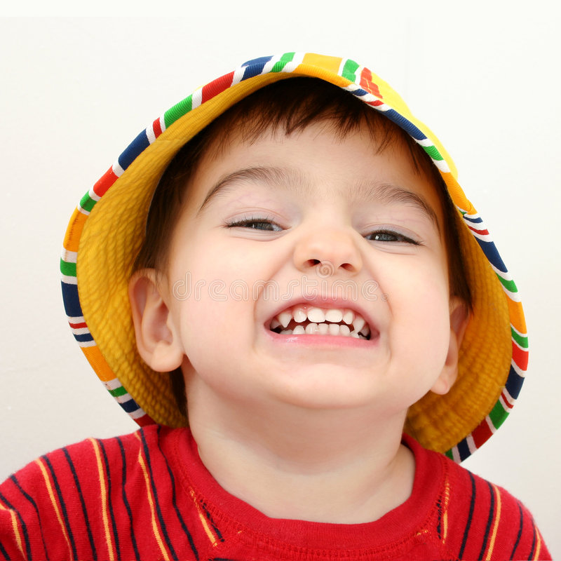 Schöner Junge im Strand-Hut stockfoto