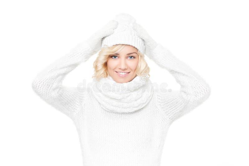 Schöner junger blonder Frauenhexenwinterhut und -schal lizenzfreies stockfoto