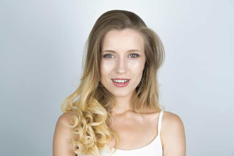 Schöner junger blonder kaukasischer Frauenabschluß herauf weißen Hintergrund lizenzfreie stockbilder