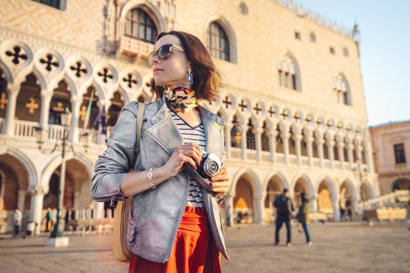 Schöner junger Fotograf in Venedig stockfoto