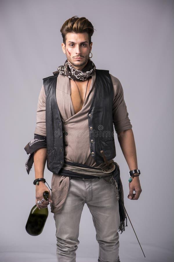 Schöner junger Mann auf Piraten-Mode Outfi stockfoto