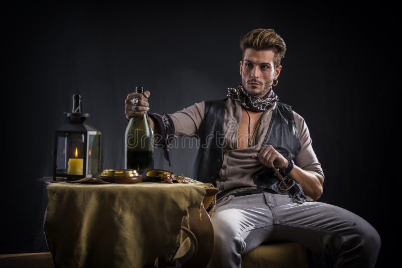 Schöner junger Mann in der Piraten-Mode-Ausstattung lizenzfreie stockfotografie