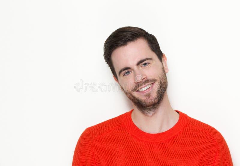 Schöner junger Mann mit dem Bartlächeln lizenzfreie stockbilder
