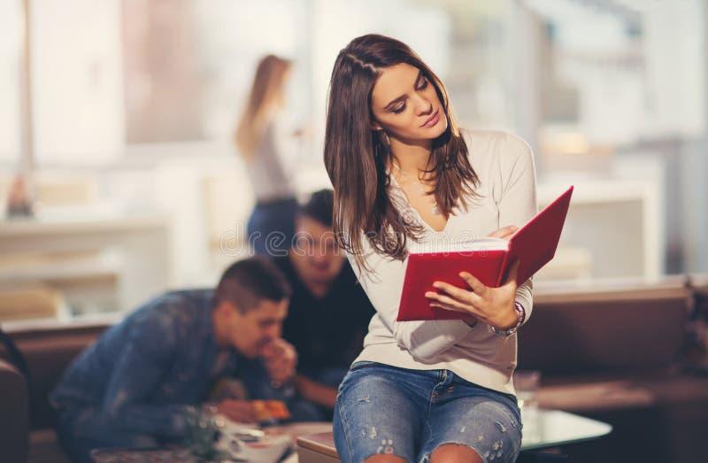 Schöner junger Student mit Buch stockfotos