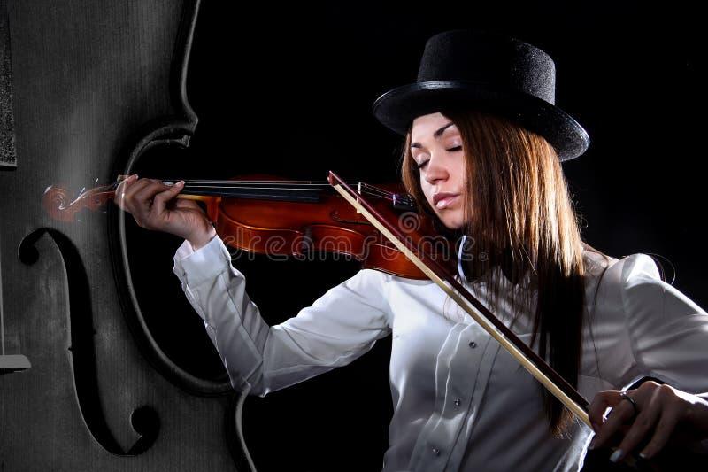 Schöner junger Violinist lizenzfreie stockbilder