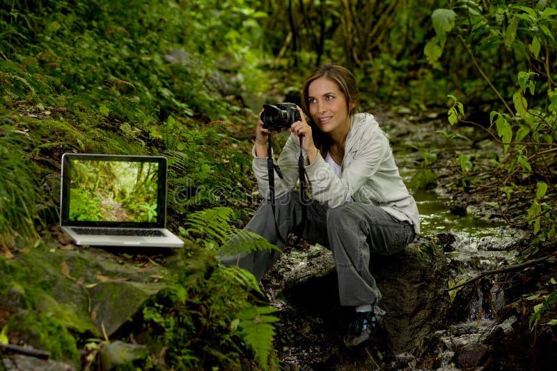 Schöner junger weiblicher Fotograf im Dschungel lizenzfreies stockbild
