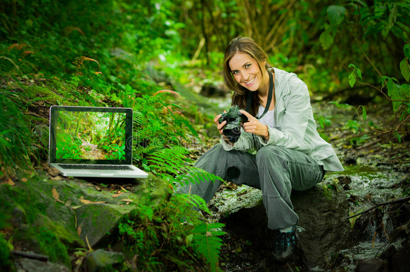 Schöner junger weiblicher Fotograf im Dschungel stockfoto