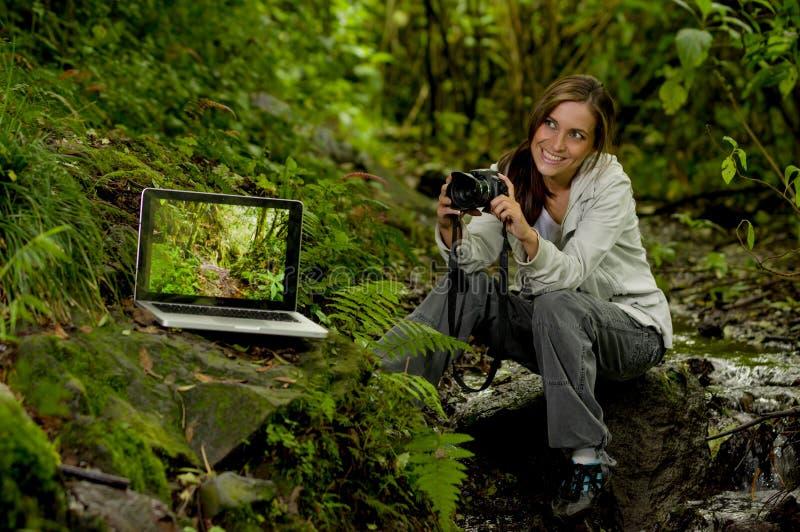 Schöner junger weiblicher Fotograf im Dschungel stockfotografie