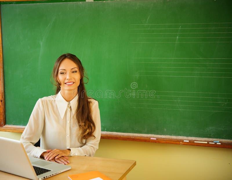 Schöner junger weiblicher Lehrer lizenzfreie stockfotografie