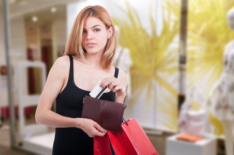 Schöner Käufer, der mit Debet oder Kreditkarte zahlt stockfotos
