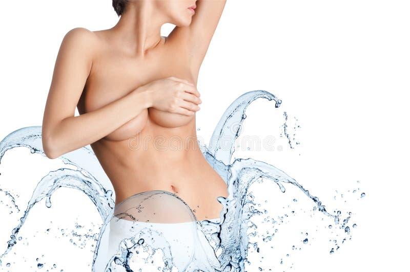 Schöner Körper mit spritzt vom Wasser auf Hüften lizenzfreie stockfotos