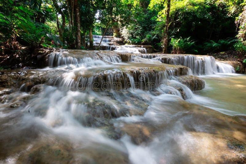 Schöner Kalksteinwasserfall lizenzfreie stockfotos