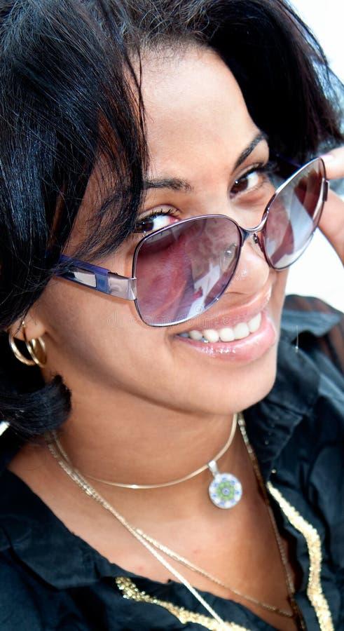 Schöner karibischer Brunette mit der Sonnenbrilleaufstellung stockfotografie