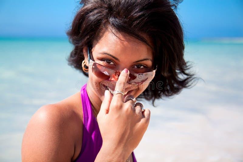 Schöner karibischer Brunette mit Sonnenbrillen lizenzfreies stockbild