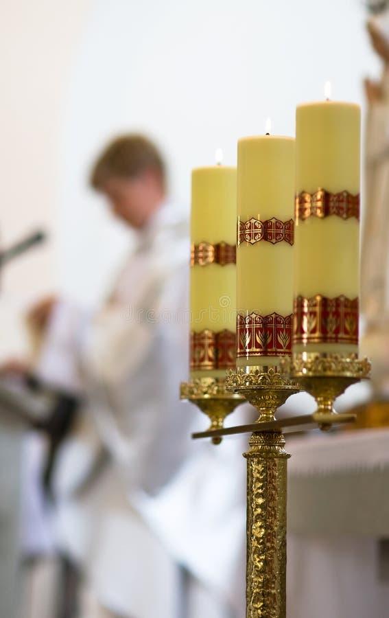 Schöner Kerzenhalter in der Kathedrale lizenzfreies stockfoto