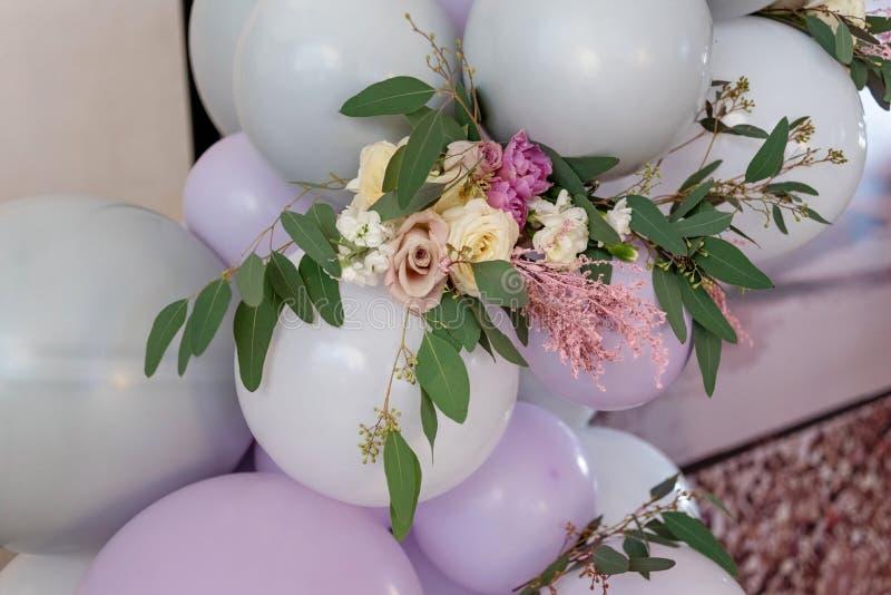 Schöner kleiner Blumenstrauß unter Ballonen stockbild