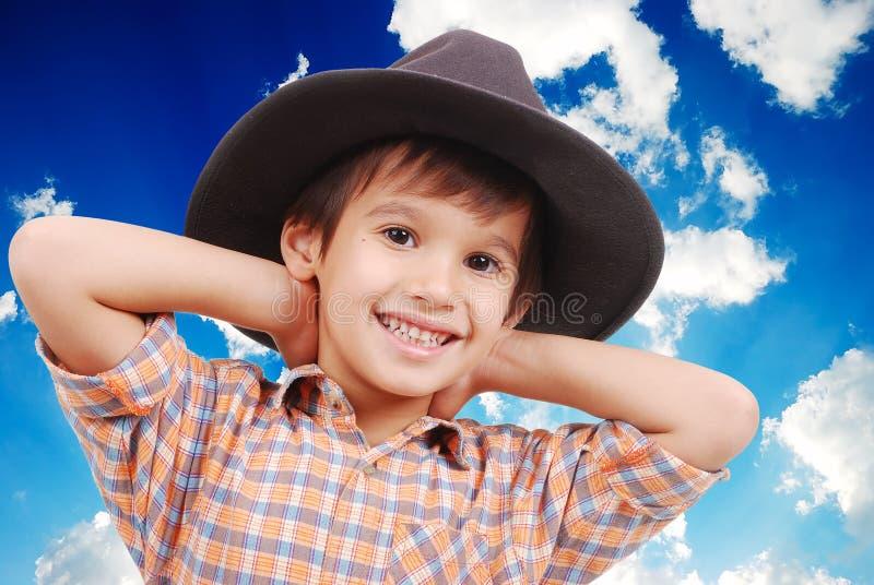 Schöner kleiner Junge mit Hut lizenzfreies stockbild