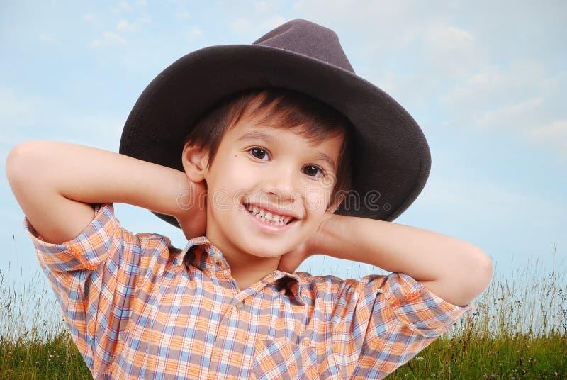 Schöner kleiner Junge mit Hut auf Kopf lizenzfreies stockfoto