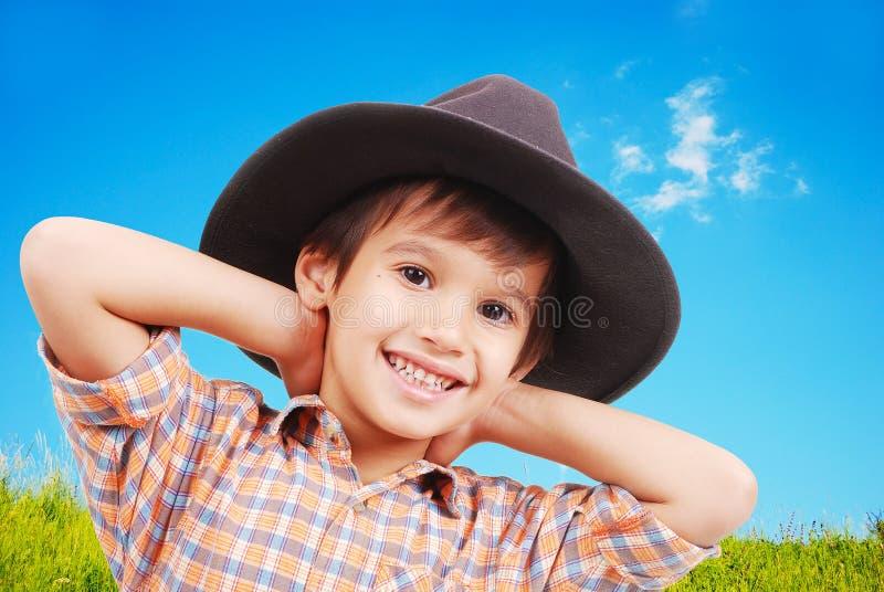 Schöner kleiner Junge mit Hut auf Kopf stockfoto