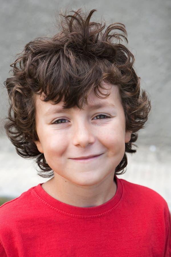 Schöner kleiner Junge mit rotem Hemd stockbilder