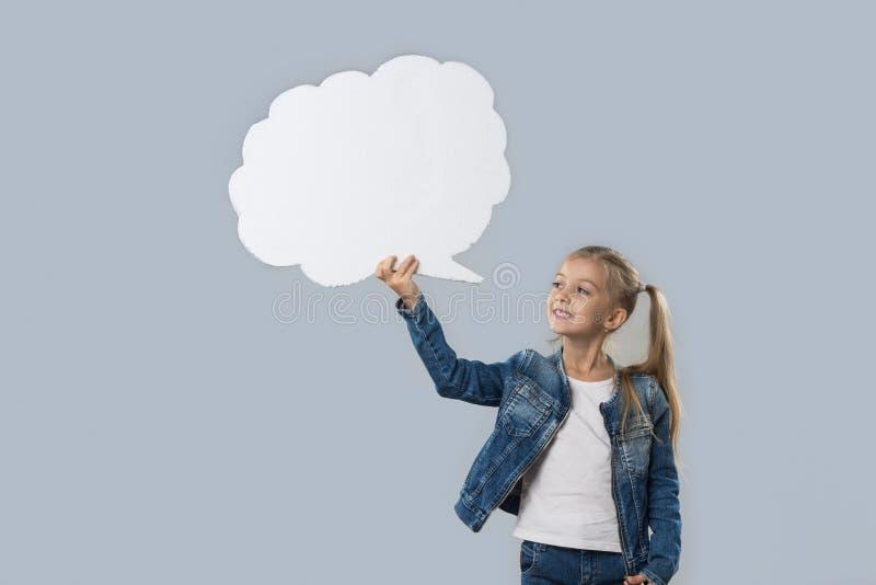 Schöner kleines Mädchen-glücklicher lächelnder weißer Wolken-Kopien-Raum-Abnutzungs-Jeans-Mantel lokalisiert stockfotos