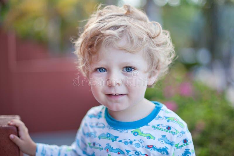 Schöner Kleinkindjunge auf Balkon lizenzfreie stockbilder